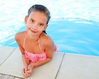 Nettes lächelndes glückliches Kind des kleinen Mädchens im Swimmingpool Lizenzfreie Stockbilder