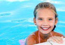 Nettes lächelndes glückliches Kind des kleinen Mädchens im Swimmingpool Stockfoto