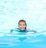 Nettes lächelndes glückliches Kind des kleinen Mädchens im Swimmingpool Stockfotos