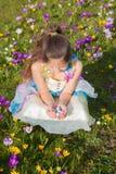 Nettes lächelndes Kind, das Schokolade Ostereier hält lizenzfreie stockfotografie