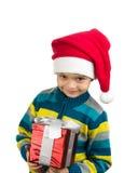 Nettes lächelndes Kind mit Geschenk und Sankt-Hut lizenzfreie stockfotografie