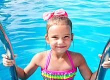 Nettes lächelndes kleines Mädchen im Swimmingpool lizenzfreies stockbild