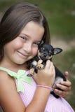 Nettes lächelndes kleines Mädchen mit Welpen Lizenzfreies Stockbild
