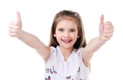 Nettes lächelndes kleines Mädchen mit zwei Fingern oben Lizenzfreie Stockfotografie