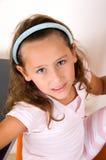 Nettes lächelndes Mädchen, das Kamera betrachtet lizenzfreies stockbild