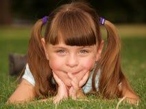 Nettes lächelndes Mädchen draußen Stockfotos