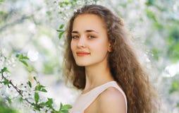 Nettes lächelndes Mädchen draußen, junges Mädchen des sonnigen Frühlingsporträts Stockbild