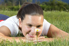 Nettes lächelndes Mädchen mit einem Gänseblümchen Lizenzfreie Stockfotos
