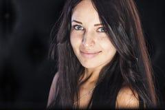 Nettes lächelndes Mädchen mit netten Sommersprossen und Grübchen lizenzfreie stockfotografie