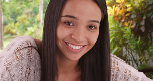 Nettes Latina-Mädchen, das an der Kamera lächelt lizenzfreie stockfotografie