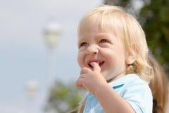 Nettes litlle blonder Junge Stockfoto