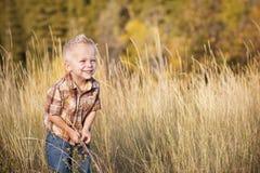 Nettes Little Boy, das draußen spielt Lizenzfreie Stockfotografie