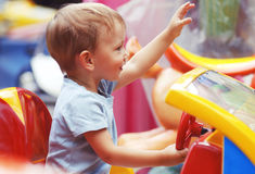 Nettes Little Boy, das ein Spielzeug-Auto reitet Lizenzfreies Stockbild