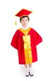 Nettes Little Boy, das rote Kleiderkinderstaffelung mit Doktorhut trägt Lizenzfreies Stockbild