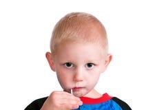 Nettes Little Boy mit Süßigkeit Stockfoto