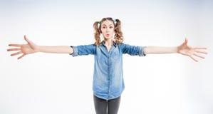 Nettes lustiges Mädchen mit dem Darstellen mit zwei Pferdeschwänzen, wie groß es ist - Weitwinkel Lizenzfreie Stockfotos