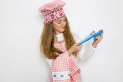 Nettes lustiges Mädchen mit Schlamm in der Küche Das Mädchen kocht und backt ihre Muffins, macht einen Kuchen und einen Schlamm Lizenzfreie Stockfotos