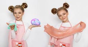 Nettes lustiges Mädchen mit Schlamm in der Küche Das Mädchen kocht und backt ihre Muffins, macht einen Kuchen und einen Schlamm Lizenzfreie Stockbilder
