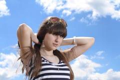Nettes Mädchen über dem Himmel-Hintergrund Lizenzfreies Stockbild