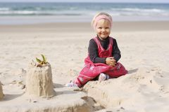 Nettes Mädchen auf dem Strand Stockbilder