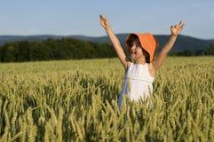 Nettes Mädchen auf Feld Lizenzfreies Stockfoto