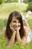 Nettes Mädchen auf Gras Stockbilder