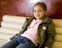 Nettes Mädchen auf Sofa. Stockfotos