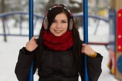 Nettes Mädchen auf Spielplatz im Winter Stockfotos