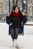 Nettes Mädchen auf Spielplatz im Winter Stockfoto