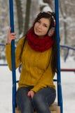 Nettes Mädchen auf Spielplatz im Winter Stockbilder