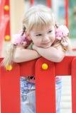 Nettes Mädchen, das auf dem Spielplatz aufwirft. Lizenzfreies Stockbild
