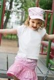 Nettes Mädchen, das auf dem Spielplatz palying ist Lizenzfreies Stockbild
