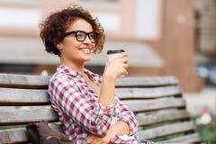 Nettes Mädchen, das auf der Bank sitzt Stockfoto