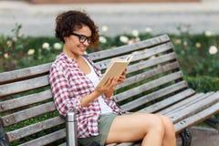 Nettes Mädchen, das auf der Bank sitzt Lizenzfreie Stockfotografie