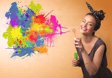 Nettes Mädchen, das bunte Spritzengraffiti durchbrennt stockbild