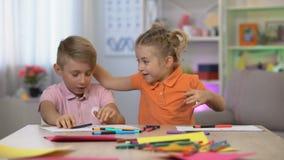 Nettes Mädchen, das den Bruder studiert Tabelle, Kinderhyperaktivität, Aufmerksamkeitsdefizit erschrickt stock footage
