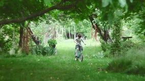 Nettes Mädchen, das ein Fahrrad in der Natur reitet stock footage