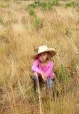 Nettes Mädchen, das einen großen Hut trägt. Lizenzfreie Stockfotos