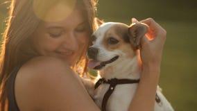 Nettes Mädchen, das einen Hund umarmt Ein Weg im Park stock footage