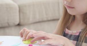 Nettes Mädchen, das Form mit Plasticine macht stock video footage