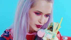 Nettes Mädchen, das Fotos ihres freakshake macht und selfies nimmt Nahaufnahme stock video footage