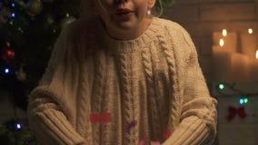 Nettes Mädchen, das glücklich oben mehrfarbige Konfettis, festliche Stimmung, Feiertage wirft stock video footage