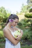 Nettes Mädchen, das grüne Äpfel und Birnen hält Lizenzfreie Stockbilder