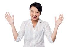 Nettes Mädchen, das herzlich mit den offenen Händen lacht lizenzfreie stockbilder
