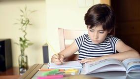 Nettes Mädchen, das ihre Hausarbeit, Schulmädchen zu Hause studing ist am Tisch, die Ausbildung der Kinder, zurück zu Schule mach stock video footage