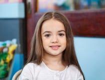Nettes Mädchen, das im Kindergarten lächelt lizenzfreie stockbilder