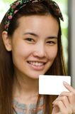 Nettes Mädchen, das Kreditkarte hält stockbild