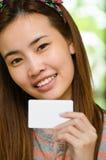 Nettes Mädchen, das Kreditkarte hält stockfotos