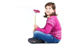Nettes Mädchen, das mit Blume sitzt Stockbilder