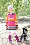 Nettes Mädchen, das mit einem Hund geht Stockbild